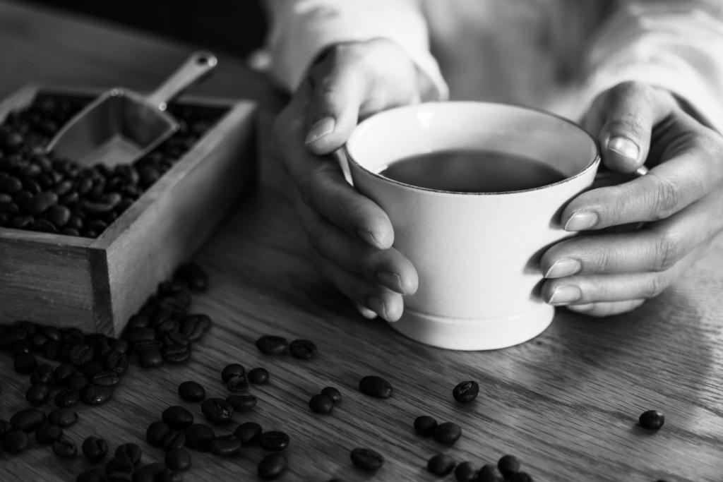 コーヒーカップのモノクロ写真