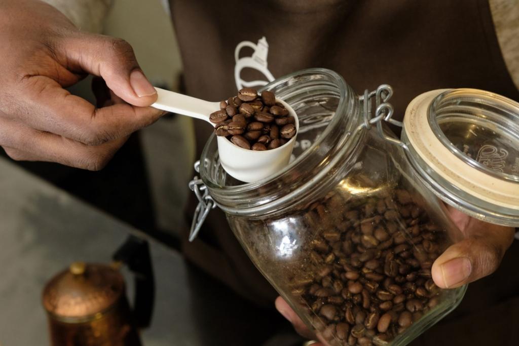 密閉性のある瓶から取り出されたコーヒー豆