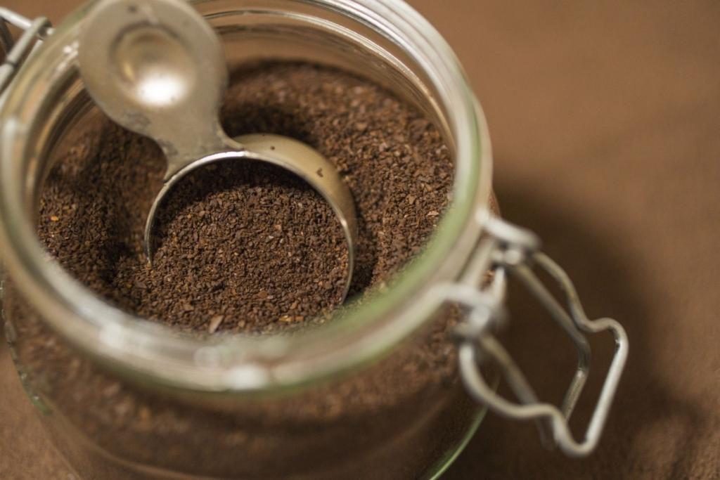 密閉性のある瓶で保存されたコーヒー粉