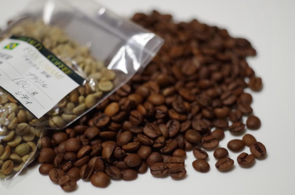 袋のコーヒー生豆と焙煎されたコーヒー豆