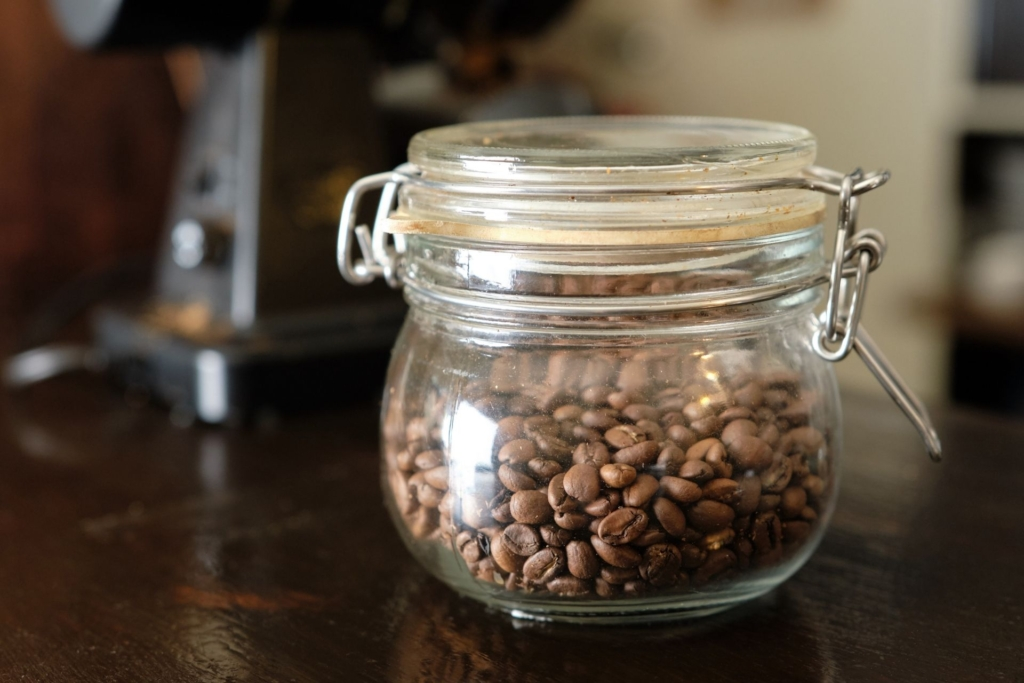 密閉性のある瓶に保存されたコーヒー豆