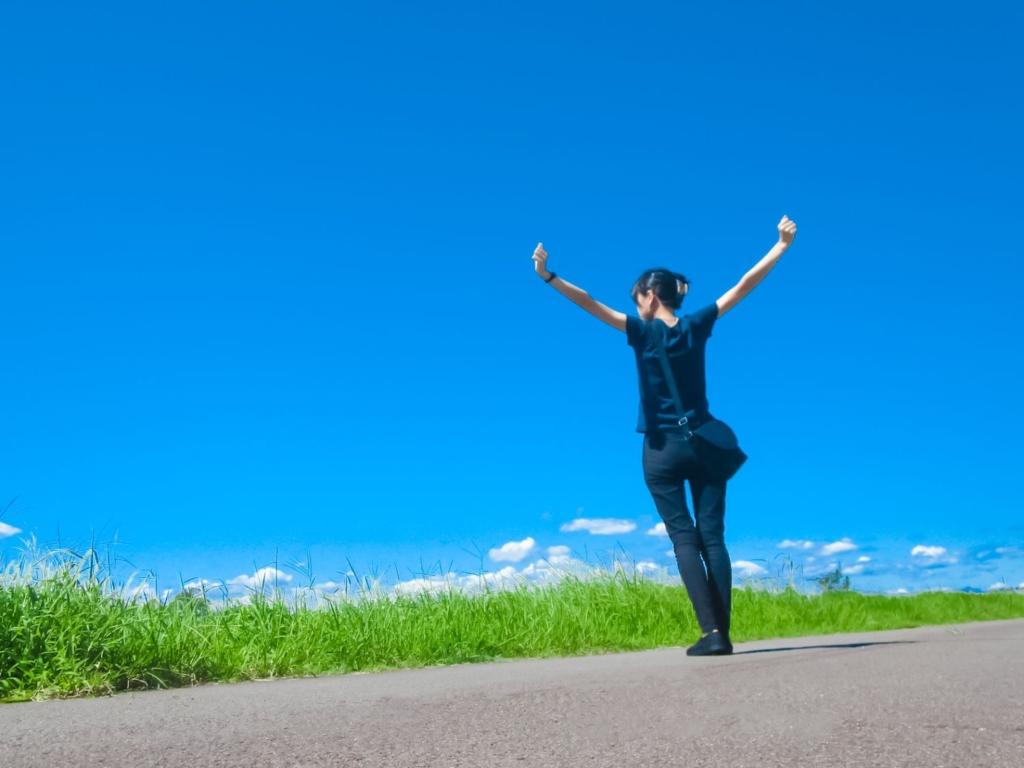 青空の下で休暇を楽しむ女性