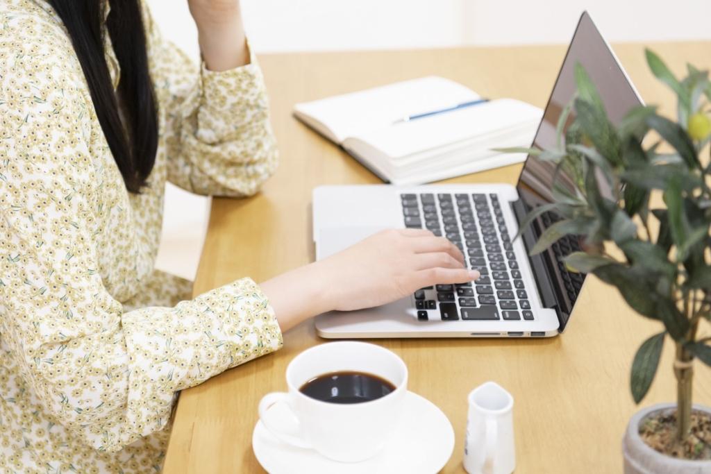 ウェブサイトを作成する女性