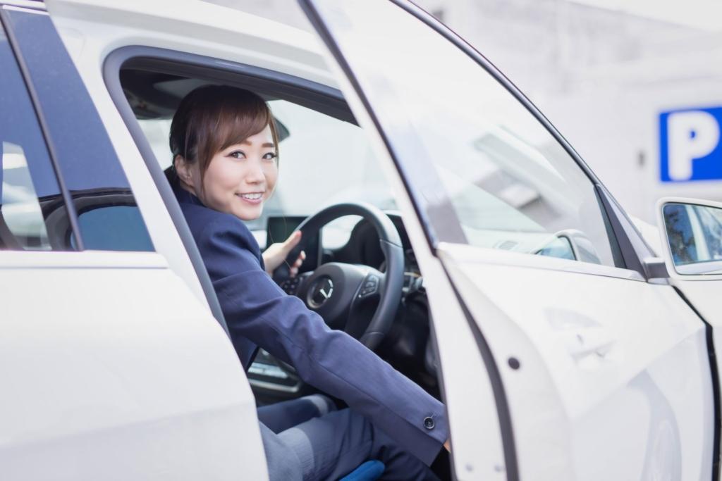 運転席の女性