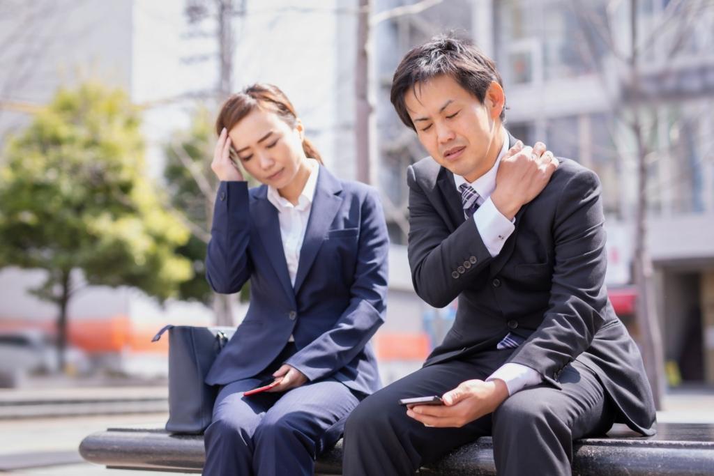 頭痛がする男性と女性